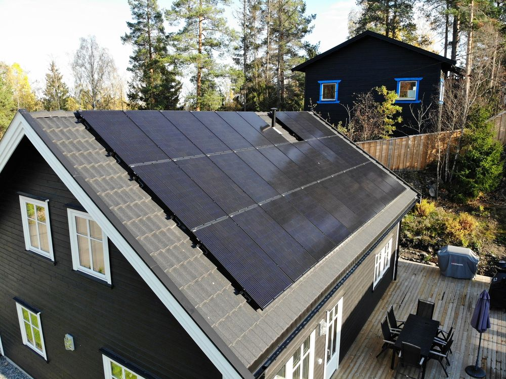 Hus med 29 solpaneler på taket